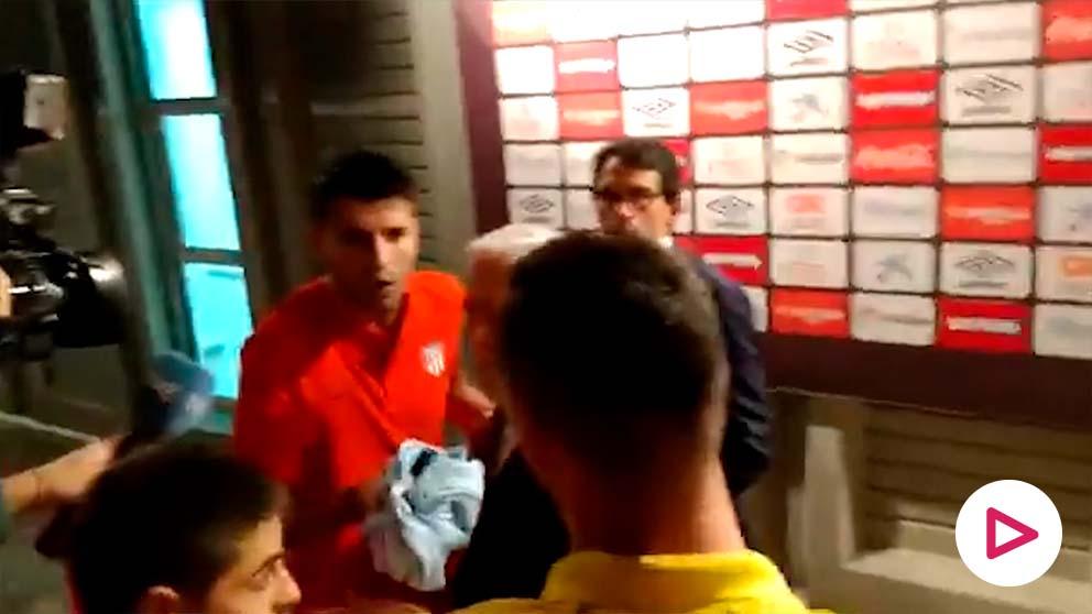 Morata se encaró con aficionados delante de los periodistas.