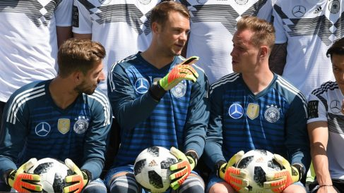 Ter Stegen, junto a Neuer en la foto oficial de la selección alemana. (AFP)