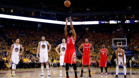 La NBA quiere limitar el tiempo de los tiros libres. (AFP)