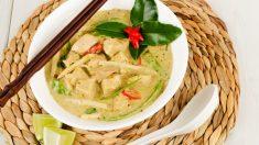Sopa de pollo con leche de coco