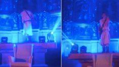 Albert Pla sobre el altar de la iglesia de Llívia dando un concierto. Foto: @EugeniodOrs_ vía Twitter