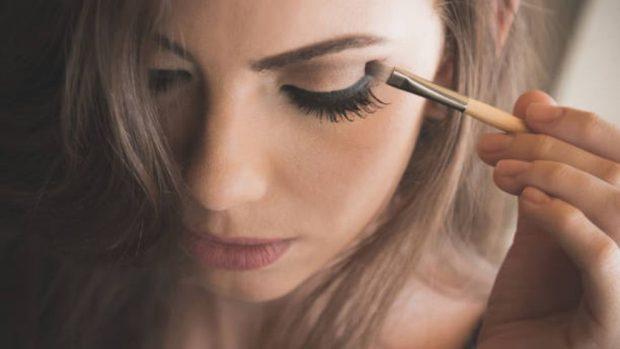 maquillar cejas con sombras de ojos