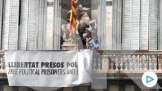Una gran pancarta por los «presos políticos y exiliados» preside el Palacio de la Generalitat. (Foto: Joan Guirado/OKDIARIO)
