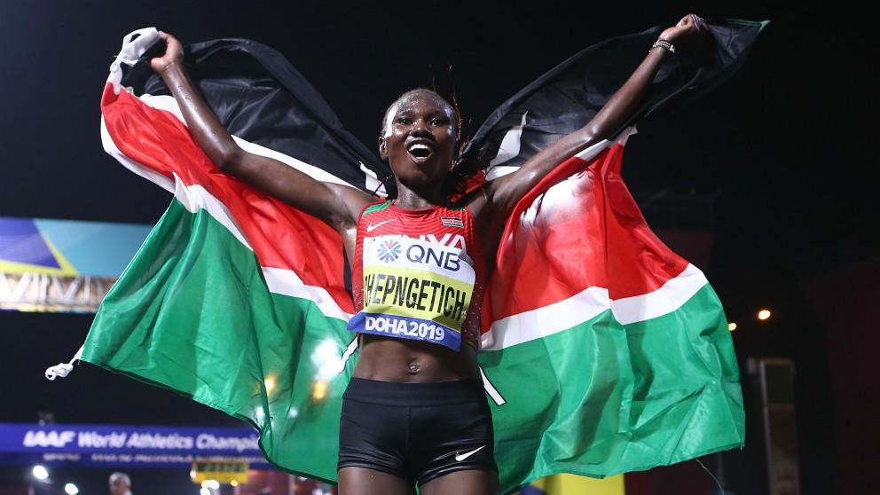 Ruth Chepngetich celebra su título en el maratón del Mundial de atletismo de Doha 2019. (AFP)