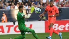 Mbappé remata a portería. (AFP)