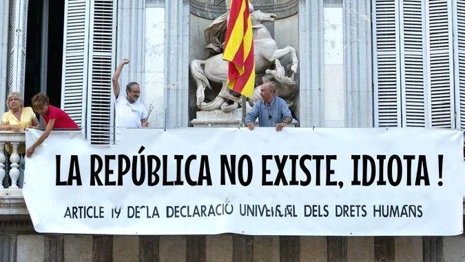 El texto alternativo para la pancarta que Lluís Llach y Antonio Baños han colgado en el balcón del Palau de la Generalitat.