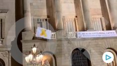 Retirada del lazo amarillo en el ayuntamiento de Barcelona