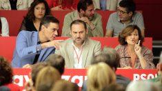 Pedro Sánchez, José Luis Ábalos y Carmen Calvo en el Comité Federal del PSOE. (Foto: Francisco Toledo)
