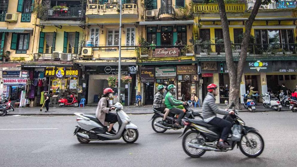 Curiosidades de Vietnam: vino de serpiente y motos