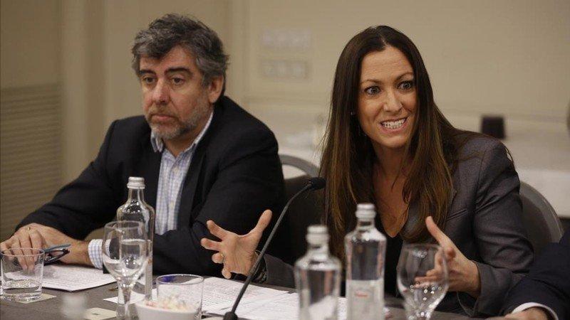 Maria Eugenia Gay, junto a Jordi Pina, en una conferencia.