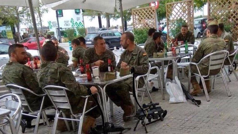 Militares en una terraza.
