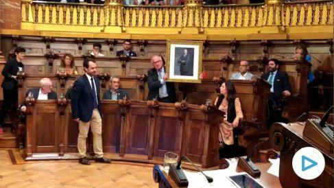 Josep Bou coloca un enorme retrato del Rey Felipe VI después de que Ada Colau rechace reponerlo en el salón de plenos.