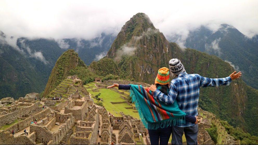 Una pareja visita Machu Picchu @Istock