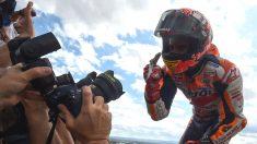 Marc Márquez celebra su victoria en la carrera de MotoGP en Motorland. (AFP)