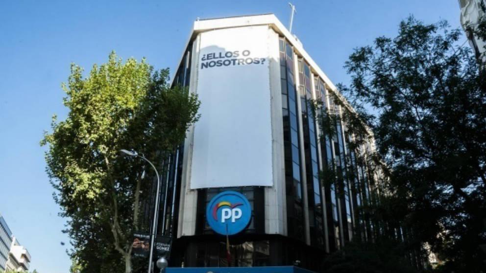 El PP despliega una lona gigante en su sede con el lema Ellos o nosotros. (Ep)