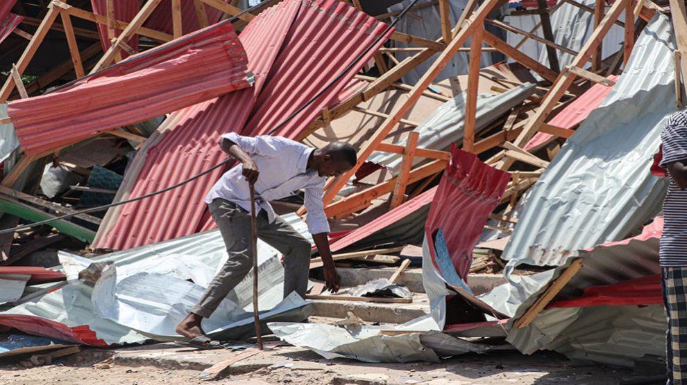 Imagen de los daños causados por un coche bomba en Mogadiscio (Somalia). (Afp)