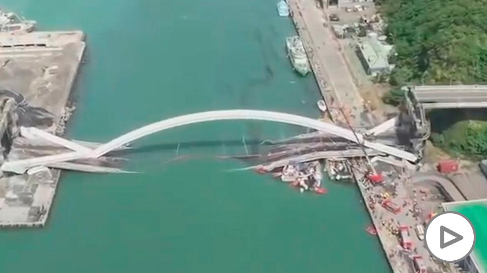 Puente se derrumba en Taiwán.