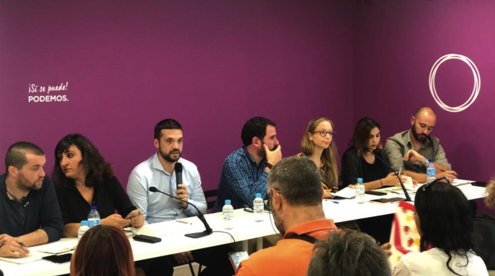 Caras largas durante la intervención de Jesús Santos. (Foto. Podemos)