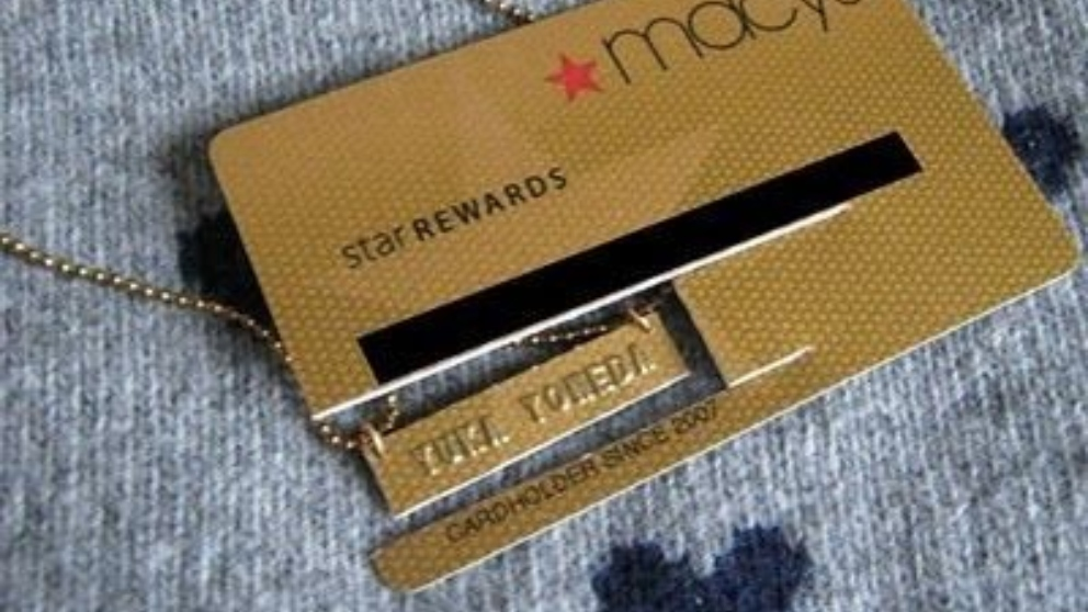 Pasos para hacer un colgante con una tarjeta de crédito caducada
