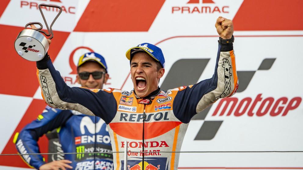 Márquez celebra una victoria en presencia de Rossi. (AFP)