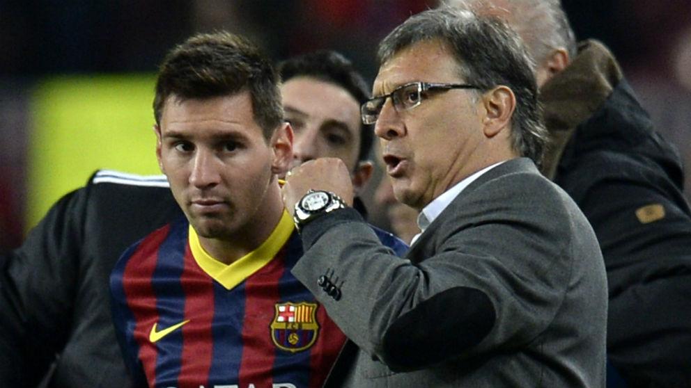 El Tata Martino charla con Messi durante su etapa en el Barça. (AFP)