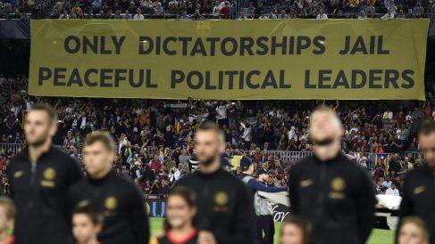 Otro aquelarre independentista en el Camp Nou. (AFP)