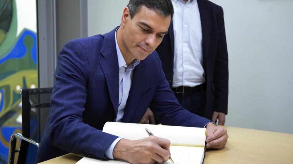 Pedro Sánchez firmando en un libro. (Foto. PSOE)