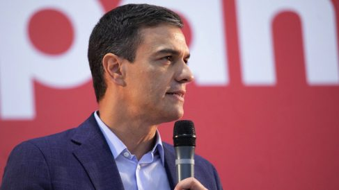 Pedro Sánchez sujetando con un micrófono durante un acto de campaña. (Foto. PSOE)