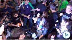 Imagen del momento en el que zarandearon e increparon a una periodista en el 1-O