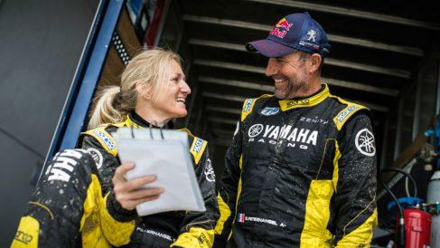 Peterhansel habla con su esposa Andrea.