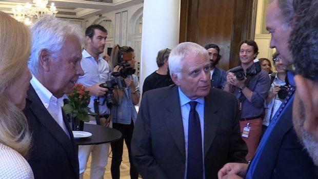 El ex presidente de Gobierno, Felipe González, y Paolo Vasile conversan con Bertín Osborne durante el acto de la fundación que lleva su nombre.