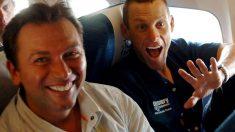 Lance Armstrong comparte asiento con su amigo Johan Bruyneel.
