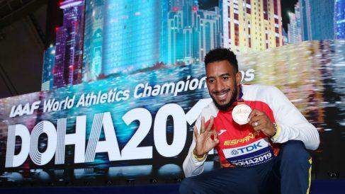 Orlando Ortega posa con su medalla de bronce en el Mundial de Atletismo de Doha 2019. (Getty)