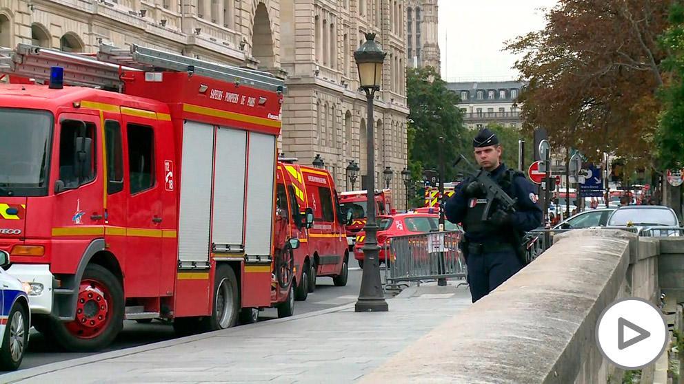 Un agente de la policía frances, ante la Prefectura de París. (Foto: Europa Press)