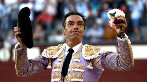 El Cid saluda a la afición este viernes en Las Ventas (Foto: EFE).