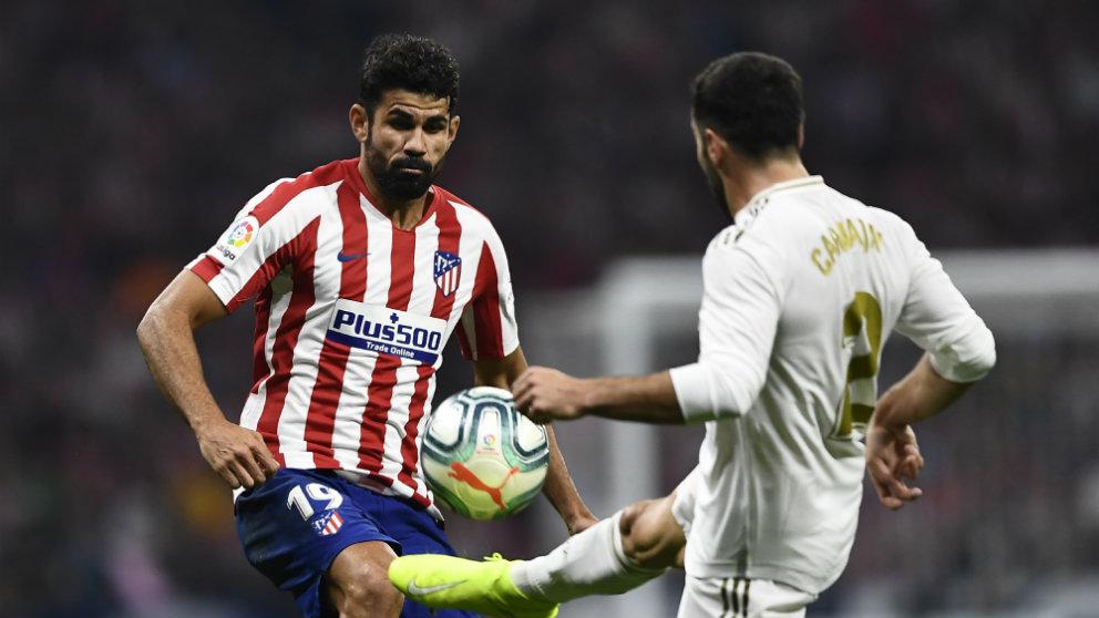 Diego Costa, delantero del Atlético de Madrid, con Carvajal (AFP)