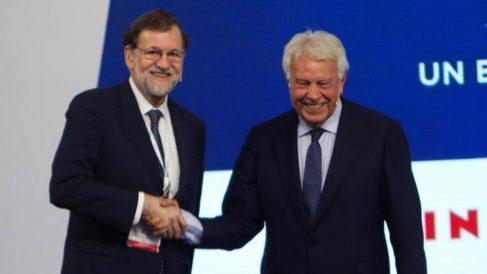 Mariano Rajoy y Felipe González en el I Foro La Toja-Vínculo Atlántico, hoy, en Pontevedra. (Efe)