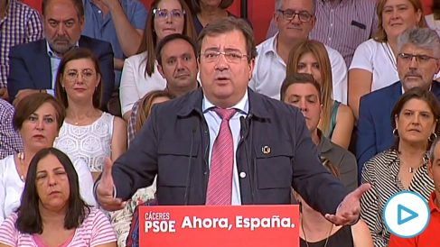 Guillermo Fernández Vara pide por error el voto para Felipe González en un mitin del PSOE.