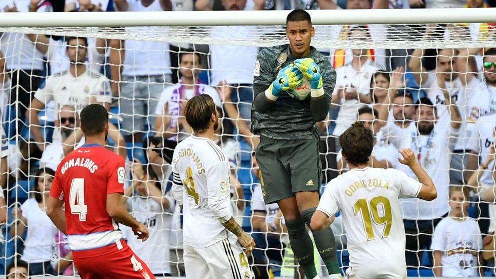 Areola atrapa un balón. (AFP)
