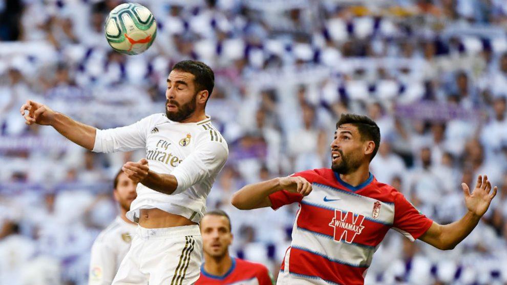 Dani Carvajal despeja un balón ante el Granada.