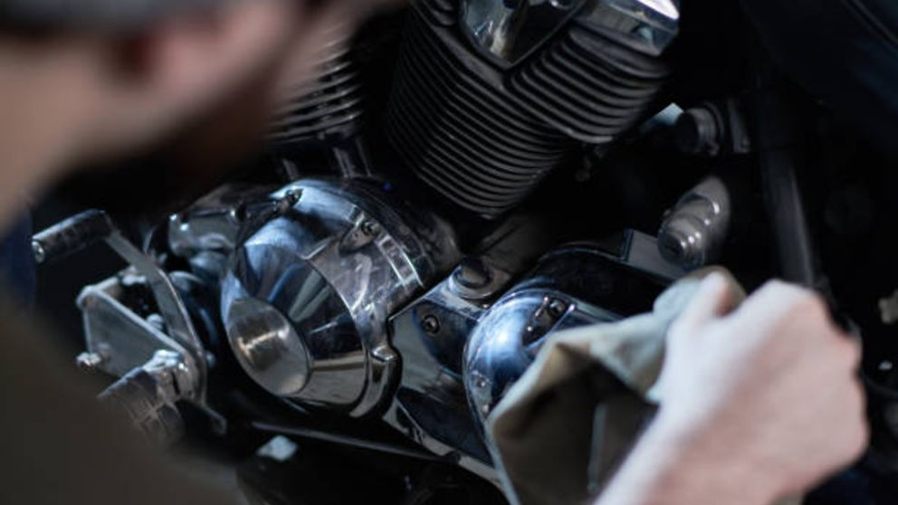 Pasos para saber cómo usar el desengrasante para limpiar la moto de forma correcta