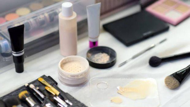 Cómo tapar un tatuaje con maquillaje