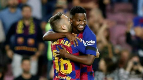 Jordi Alba y Ansu Fati celebran un gol. (EFE)