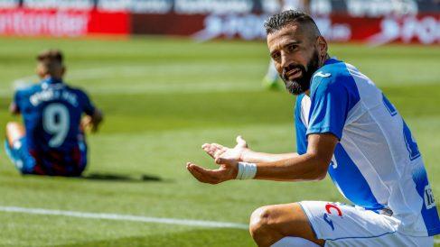 Dimitrios Siovas se lamenta después de cometer una falta sobre Roger Martí del Levante. (EFE)