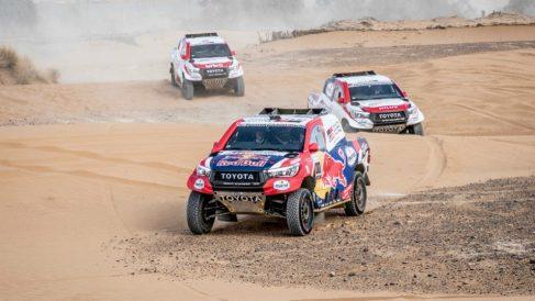 Los Toyota, en el transcurso de la primera etapa. (Toyota Gazoo Racing)