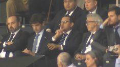 Anil Murthy, presidente del Valencia, pide silencio en Mestalla