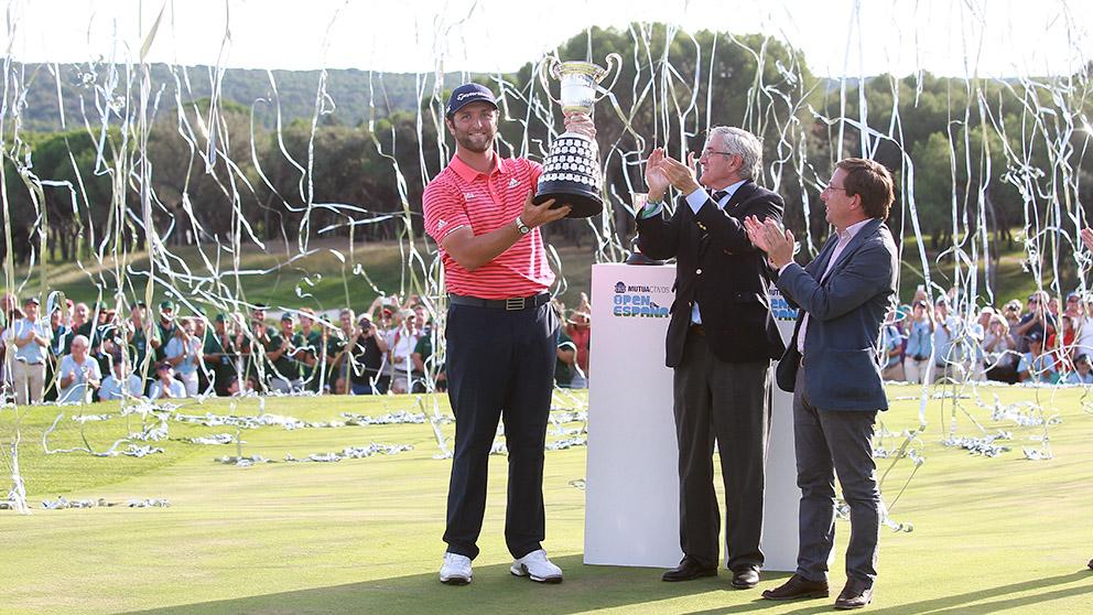 Jon Rahm recibe la copa por segunda vez del Campeonato de España. (Foto: Alberto Simón)