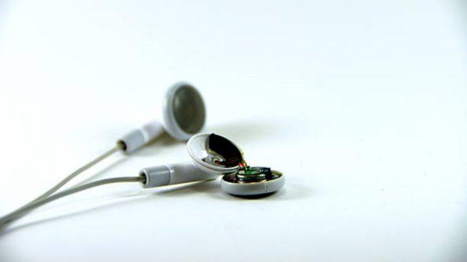 Cómo arreglar unos auriculares rotos