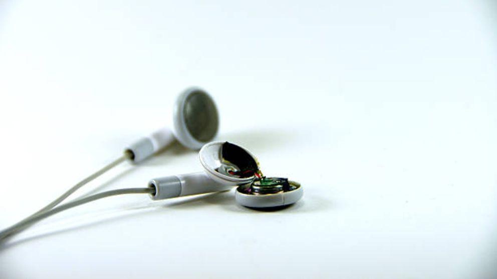 Cómo arreglar unos auriculares rotos paso a paso