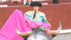 Curro Díaz durante una de sus faenas (Foto: EFE).